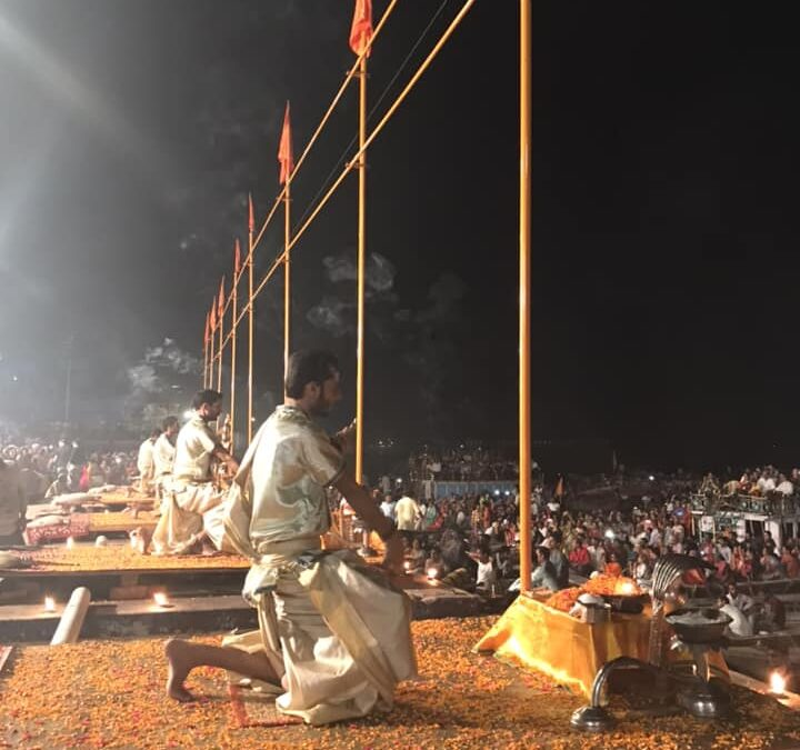 Ceremonie aan de Ganges in Varanasi